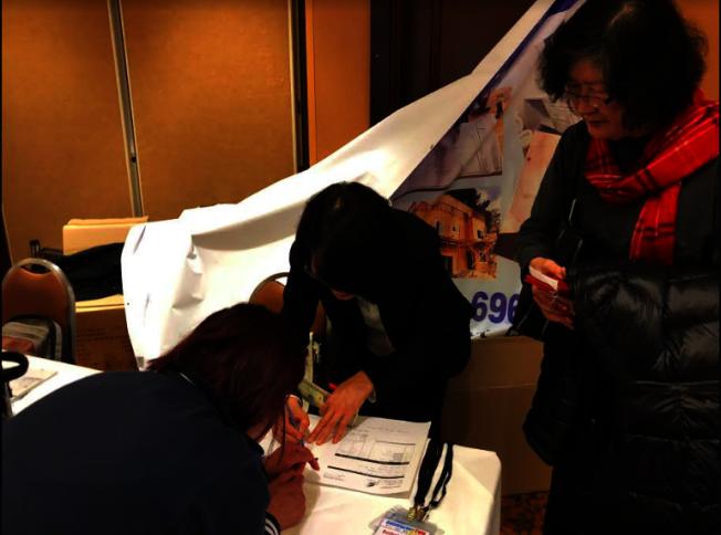 客戶當場簽約。(記者張越/攝影)