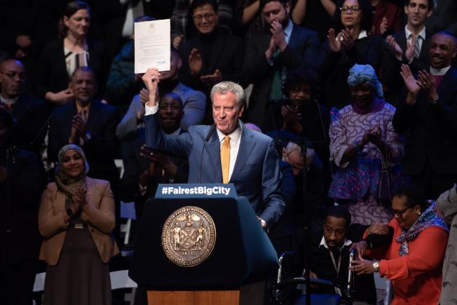 白思豪市情咨文現場簽署行政令,建立「市長租客保護辦公室」。(市長辦公室提供)