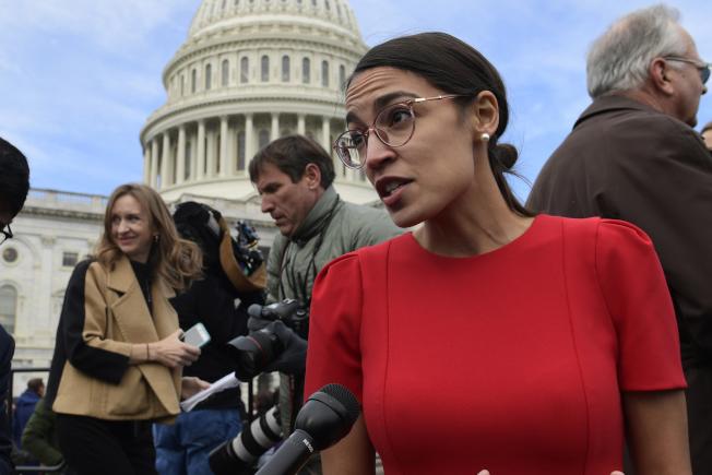 紐約民主黨國會眾議員歐凱秀-柯提茲成為保守派的目標 ,遭假新聞攻擊。(美聯社)