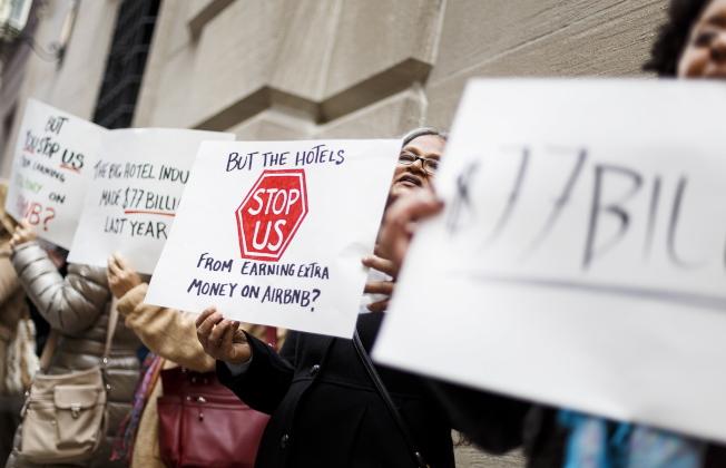 白思豪政府現提出訴訟,控告曼哈頓房地產開發商Torkian Group在網上非法提供短期租住服務。圖為支持短期分租的民眾,去年11月在紐約一家酒店前示威。(歐新社)