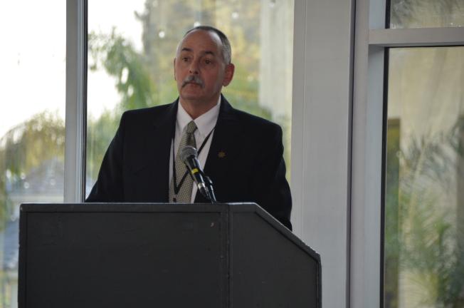 加州懲教局主管Bill Barella與民眾分享工程招標、工作機會。(記者王全秀子/攝影)