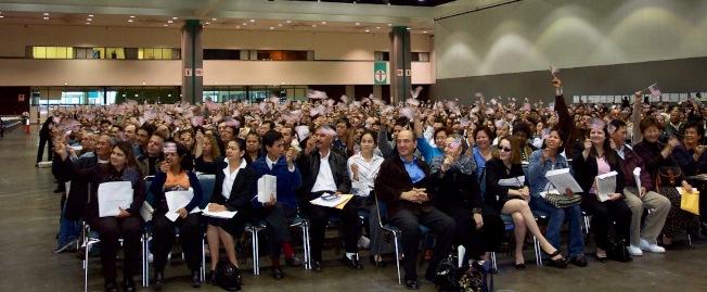 洛杉磯公民考試通過後,參加入籍歸化宣誓儀式。(記者丁曙/攝影)