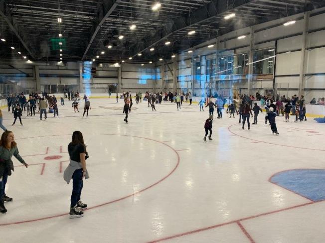 冰宮部分設施開放,吸引數百人一睹為快。(爾灣市議員福克斯提供)