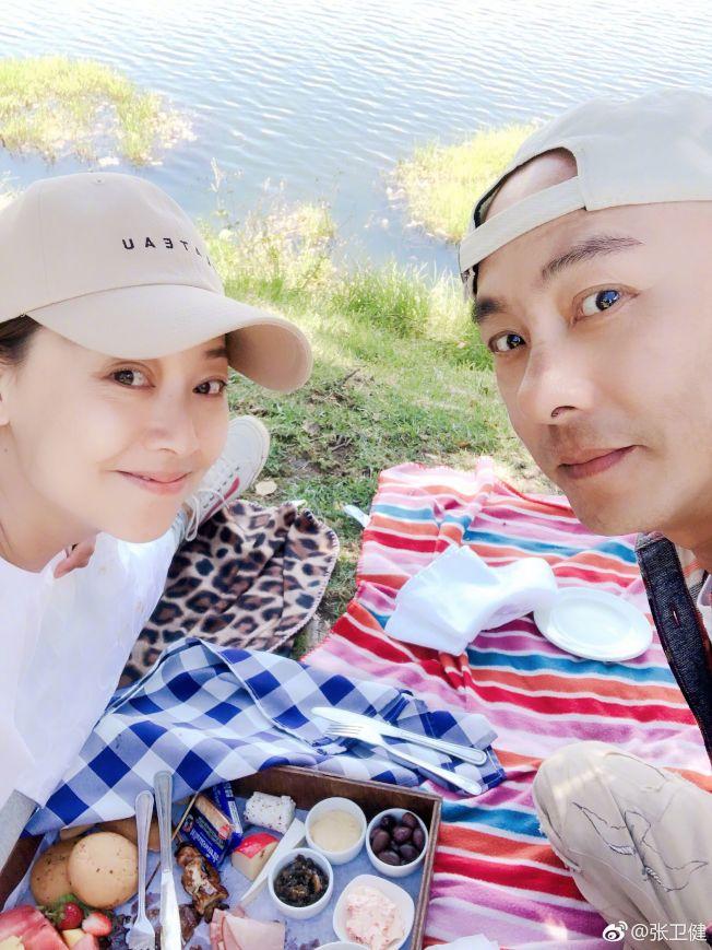 張衛健如今把更多時間留給家人,圖為他與太太張茜。(取材自微博)