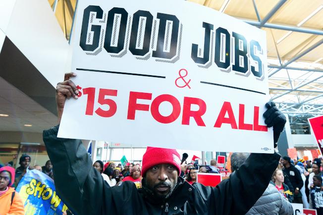 勞工部提出的加班費標準,本月已提交白宮審議 。圖為勞工團體去年在聖路易市舉行示威活動,要求雇主給予最低薪資。(Getty Images)