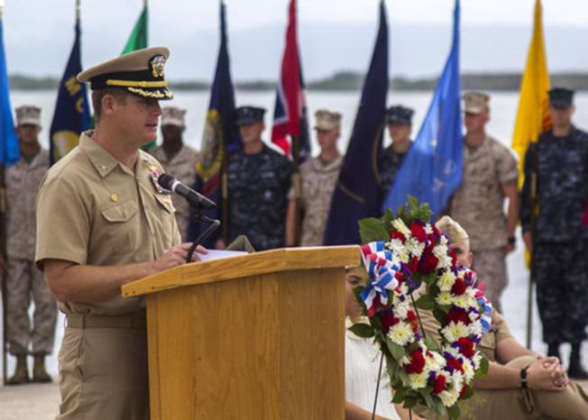 關達納摩灣美國海軍基地前指揮官內特頓(左)為了掩飾姦情而干擾調查,9日被捕。圖為他2014年6月3日仍在任時,主持一項活動。(TNS)