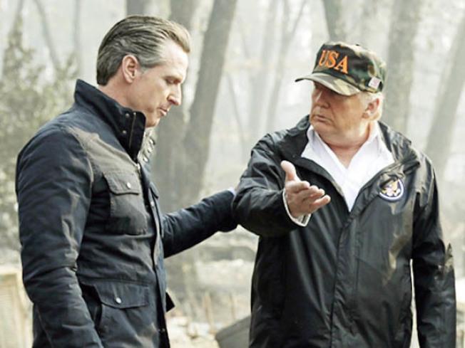去年底,北加州布特縣發生特大山火,事後川普總統(右)到災場視察,由候任州長紐森陪同。(美聯社)