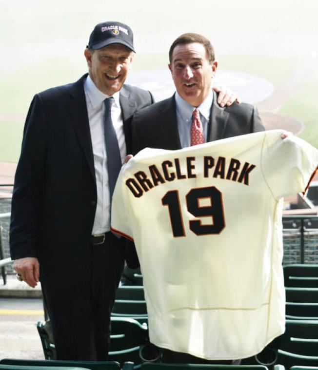 舊金山巨人隊總裁兼執行長貝爾(左)向甲骨文執行長赫德(右)贈送代表2019年更名為甲骨文球場的巨人隊19號球衣。(記者黃少華/攝影)