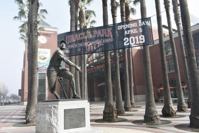 舊金山巨人隊主場從2019年1月10日起正式冠名為甲骨文球場,此前的名稱是AT&T球場。球場外佇立傳奇中外野手梅斯的雕像。(記者黃少華/攝影)