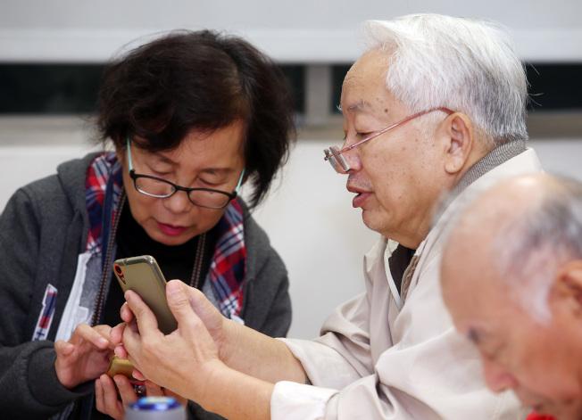 研究顯示,65歲以上的臉書用戶和保守人士,較可能在此平台上分享假消息。圖為示意圖。(本報資料照片)