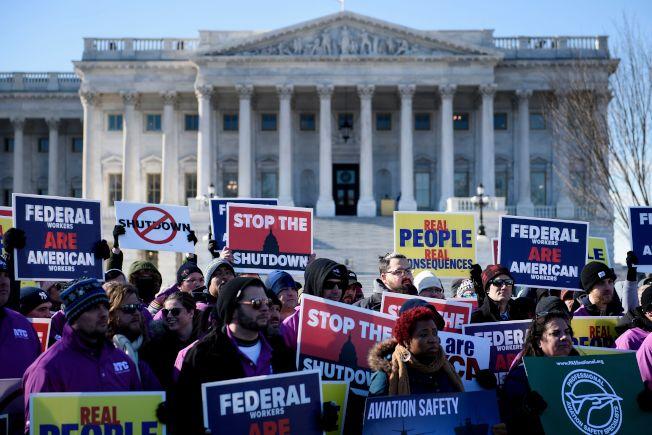 美國政府關閉已進入第三周,聯邦飛航管制員工聚集在國會前示威,要求儘快回去工作。(Getty Images)