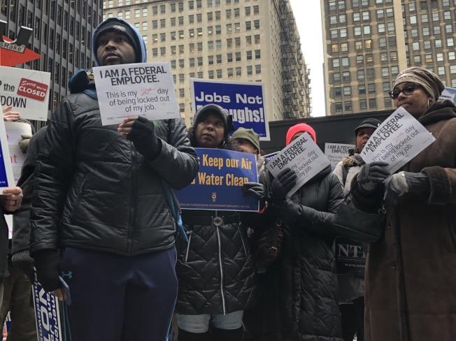 約百名因政府關門,被迫無事可做也無薪可領的聯邦職工,在芝加哥聯邦廣場抗議。(特派員黃惠玲╱攝影)