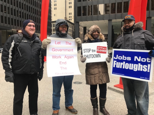 AFGE工會代表米庫爾卡(Michael J. Mikulka)與約百名聯邦職工,在芝加哥聯邦廣場抗議。(特派員黃惠玲╱攝影)