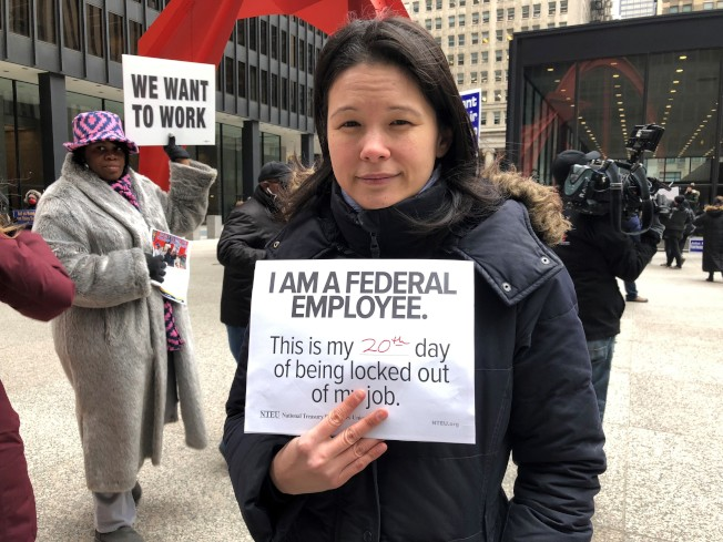 在環保署擔任環境科學家的盧玲玲說,如果再不上班領薪,下個月房貸就付不出來了。(特派員黃惠玲╱攝影)