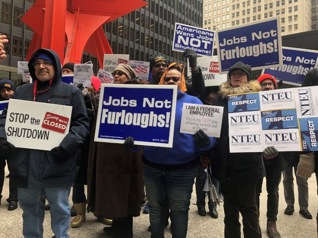 約百名聯邦職工10日在芝加哥聯邦廣場抗議。(特派員黃惠玲╱攝影)