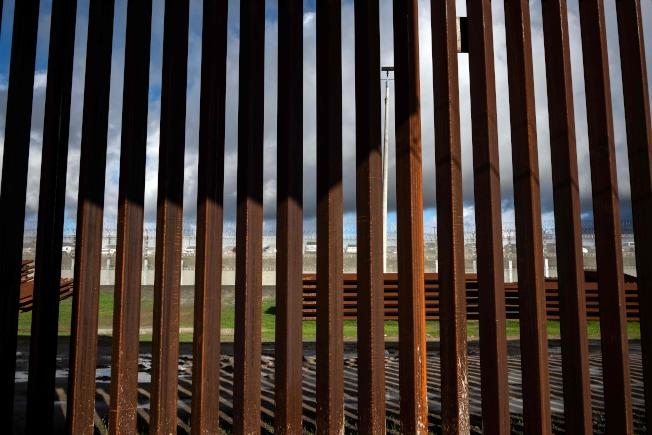 國土安全部測試,用一把普通的鋸子就可鋸開鋼鐵的邊界圍欄。圖為加州聖地牙哥段的鐵鐵圍欄。(Getty Images)