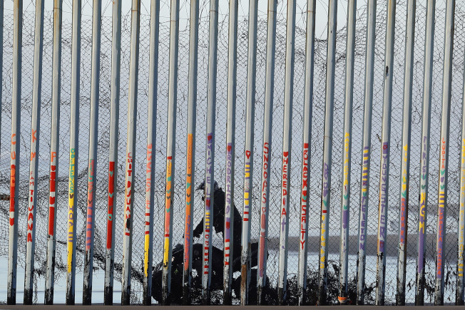 川普高唱興建邊牆時,一名邊界巡邏隊員騎車在美墨邊界旁巡邏。(美聯社)