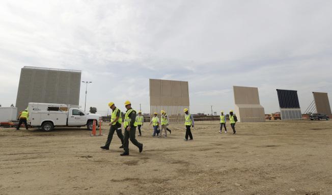 川普高唱興建邊牆時,不惜關閉聯邦政府。圖為墨西哥提璜納旁展示的各種邊牆原型。(美聯社)