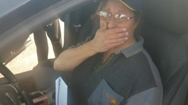 美國堪薩斯州麥當勞門市員工安德森獲得老主顧贈車,當場喜極而泣。取材自路透/Newsflare