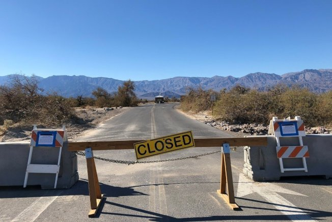 加州死亡谷國家公園在美國聯邦政府局部停擺的情況下,靠著一個非營利組織和兩家旅館的捐款,維持遊客中心和部分公廁的營運。 路透