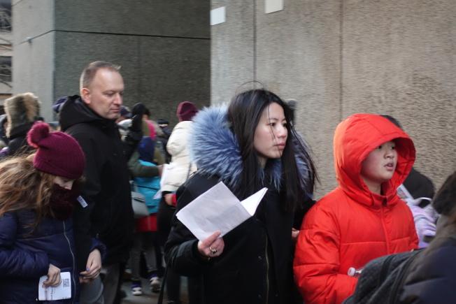 家長們送孩子到考場,並在考場外守候。(記者金春香 /攝影)
