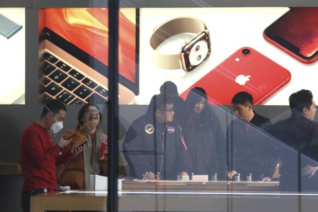 中國掀iPhone降價潮。美聯社