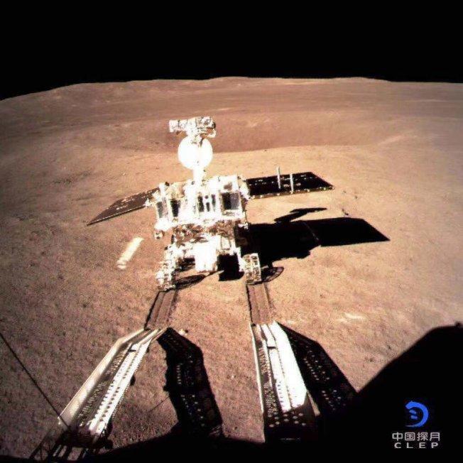 「嫦娥四號」著陸器與「玉兔二號」巡視器工作正常,互拍照片經鵲橋中繼衛星轉傳、圖像清晰,確定達到工程目標,任務圓滿完成進入科學探測階段。圖為「嫦娥四號」探測器三日拍攝的畫面,顯示月球車「玉兔二號」與著陸器分離,在月背表面行駛。 聯合報系資料照片(歐新社)
