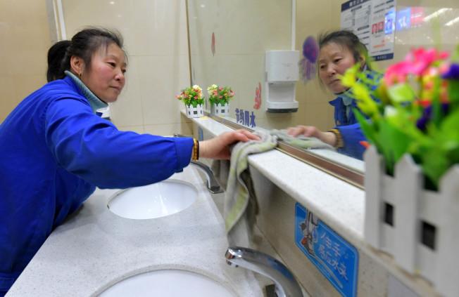 打掃。(新華社資料照片)