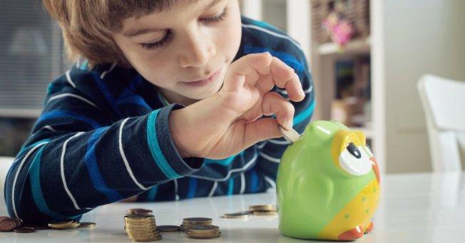 專家說,把家務和零用錢掛勾,是教導孩子理財技能的好開始。(取自推特)