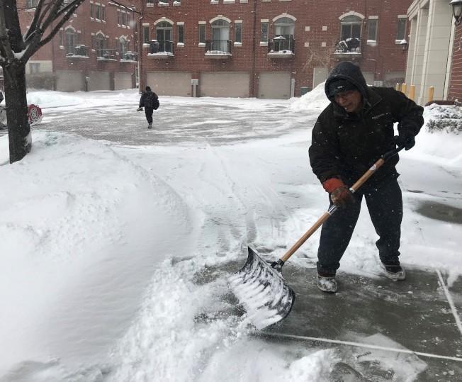 氣象預測12日芝加哥、伊利諾州南部地區將下雪,其中伊州南部降雪將達7吋,圖為今年年初芝加哥降雪。(本報檔案照片)