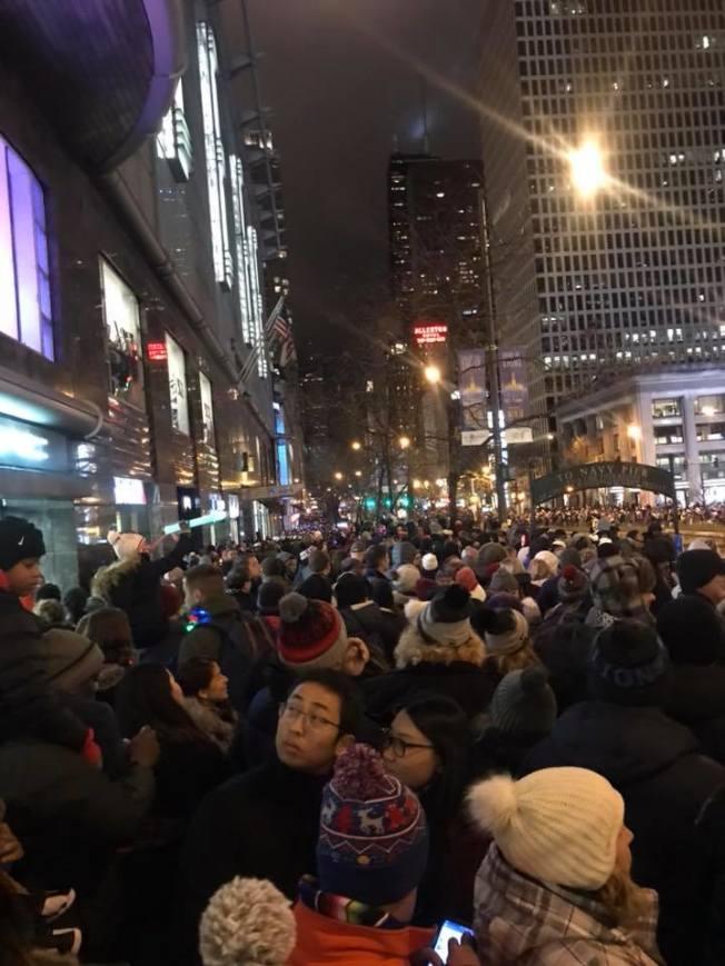 芝加哥2018年旅客人數創新高紀錄,圖為去年12月芝市壯麗大道點燈遊行民眾踴躍參與情形。(特派員黃惠玲╱攝影)