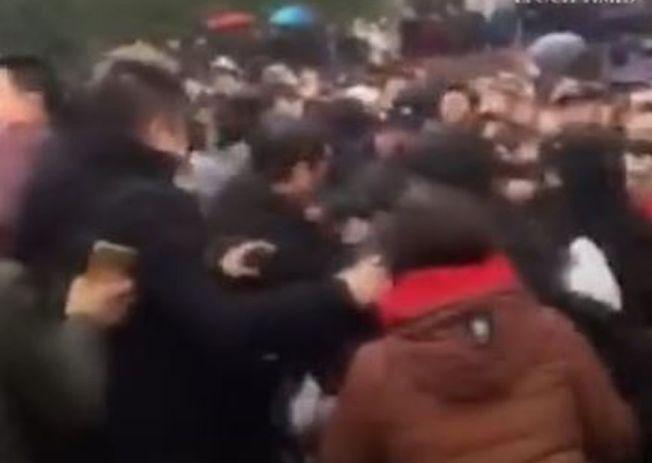 網傳視頻中數十人圍毆一名縣委書記。(視頻截圖)