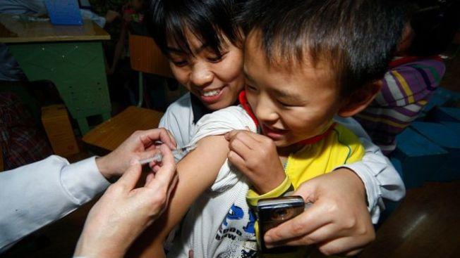 近一個月時間內,有145名嬰幼兒在江蘇金湖縣一家衛生院接種了過期的脊灰疫苗。接種過期疫苗後,多名孩子出現不良反應。圖為一名兒童接受H1N1疫苗注射。(GETTY IMAGES資料照片)