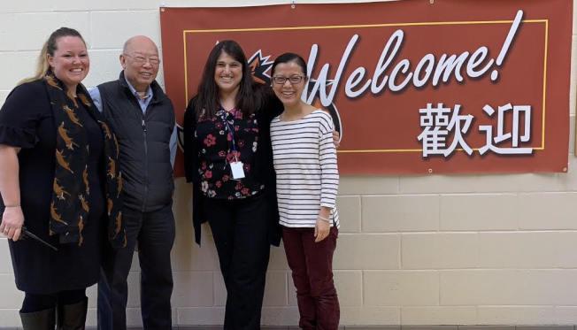張孟琪(左二)首訪貝耶拉斯汀小學,與該校校長杜伯斯(右二)和副校長威斯特(Katie West,左一)和中文課程負責人王玨。(記者張筠/攝影)