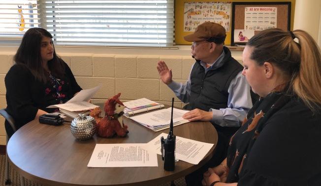 張孟琪推全球化的中文課程,11日到蒙郡新啟用小學貝耶拉斯汀(Bayard Rustin E.S.)與校長、副校長談加強師資、課程。(特派員許惠敏/攝影)