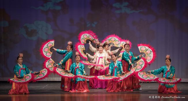 大專聯主辦的「同心」歡樂新年晚會,今年聯合其他亞裔社區團體合辦,呈現各族裔表演之餘,也改變華裔社區「從屬」、「不發聲」的刻板印象。(主辦方提供)