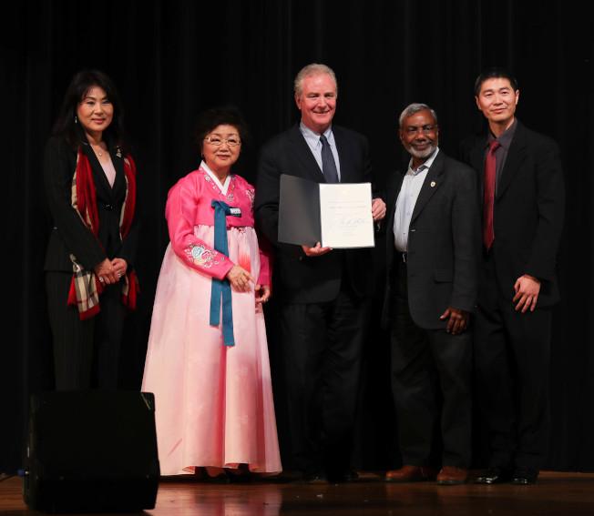 大專聯主辦的「同心」歡樂新年晚會,今年聯合其他亞裔社區團體合辦,呈現各族裔表演之餘,也改變華裔社區「從屬」、「不發聲」的刻板印象。聯邦參議員范赫倫(中)向亞裔社區團體代表致賀。(主辦方提供)