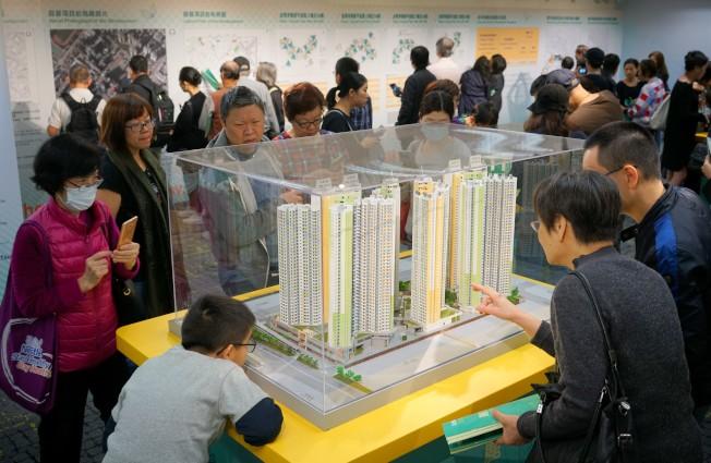 李嘉誠認為,今年香港房地產市場將有更大波動,買樓應該量力而為。圖為「居屋2018」綠表申請市民觀看以四二折開售的麗翠苑樓盤模型。(中通社資料照片)