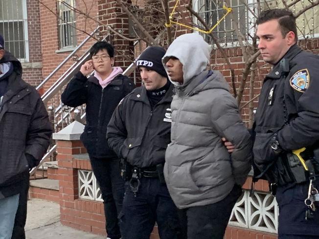 16歲的非洲裔少年(灰衣者)涉嫌搶劫一名華裔學生,被警方逮捕。(讀者提供)