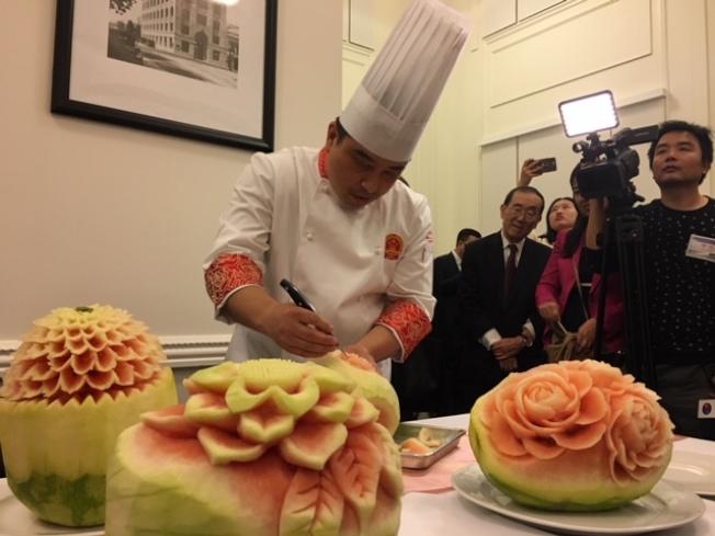 中國廚師雕刻水果。(記者楊青/攝影)