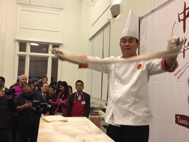 中國廚師表演拉麵。(記者楊青/攝影)