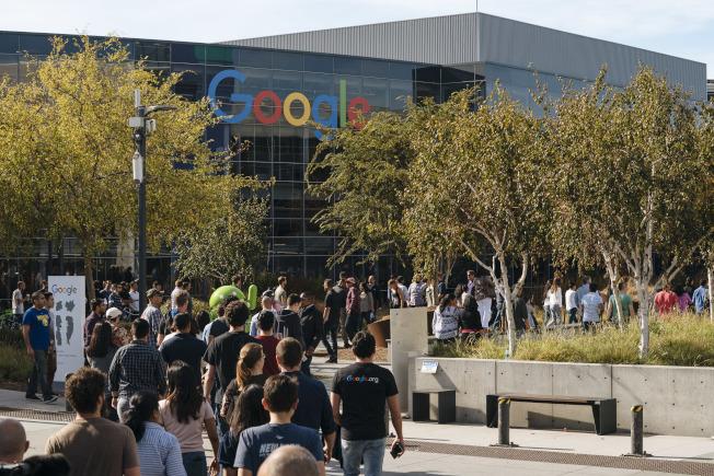 很多留學生經由H-1B途徑,進入例如谷歌、蘋果等矽谷的高科技公司。(Getty Images)