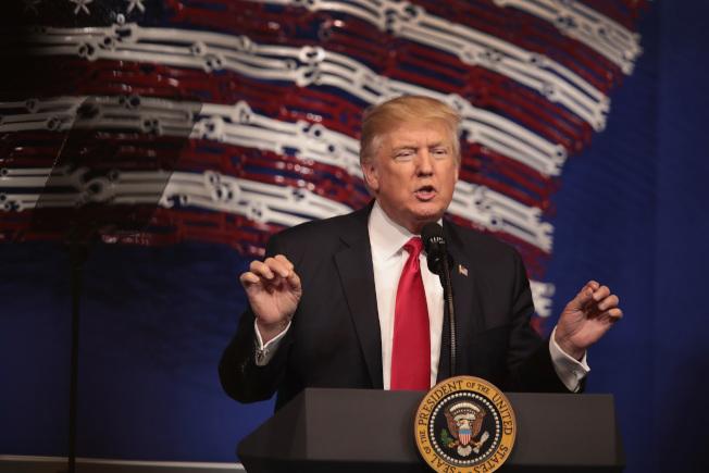 川普總統去年4月簽署行政令,要修改H1-B規定,把工作留在美國。(Getty Images)