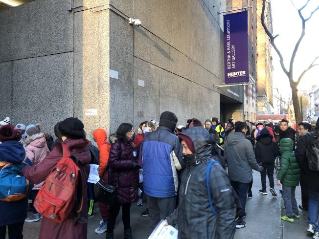 亨特高中入學考試,2800名考生參加,考生和家長一早在考場外排隊等待入場。(記者金春香/攝影)