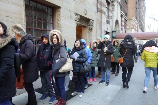 亨特高中入學考試,2800名考生參加,一早在考場外排隊入場。(記者金春香/攝影)