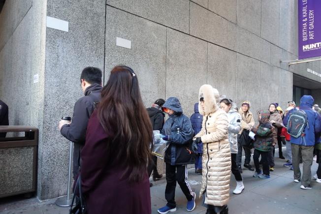 亨特高中入學考試,考生和家長頂著嚴寒在考場外排隊等待入場。(記者金春香/攝影)