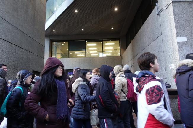 考生和家長在亨特高中考場外排隊等待入場。(記者金春香/攝影)