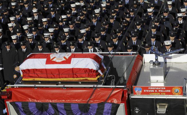 數日前為救助車禍民眾不幸殉職的消防員波拉德,11 日出殯。圖為消防車載運波拉德的棺木,數千消防員夾道相送。( 美聯社)