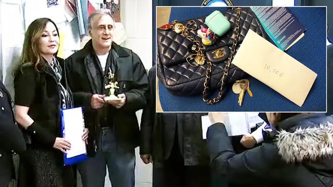 退休人士塔佛納(右)日前在地鐵站發現了內有一萬元的手袋後,交給警方。失主阿雅(左) 10日拿回這筆錢並送塔佛納禮物以表謝意 。 (nbcnewyork電視台截圖)