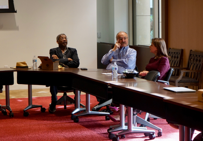 南加大政治學副教授Darry Sragow(中)、南加大安納柏格(Annenberg)中心研究員Sylvester Monroe(左)分享各自對2020年總統選舉的見解。(記者陳開/攝影)